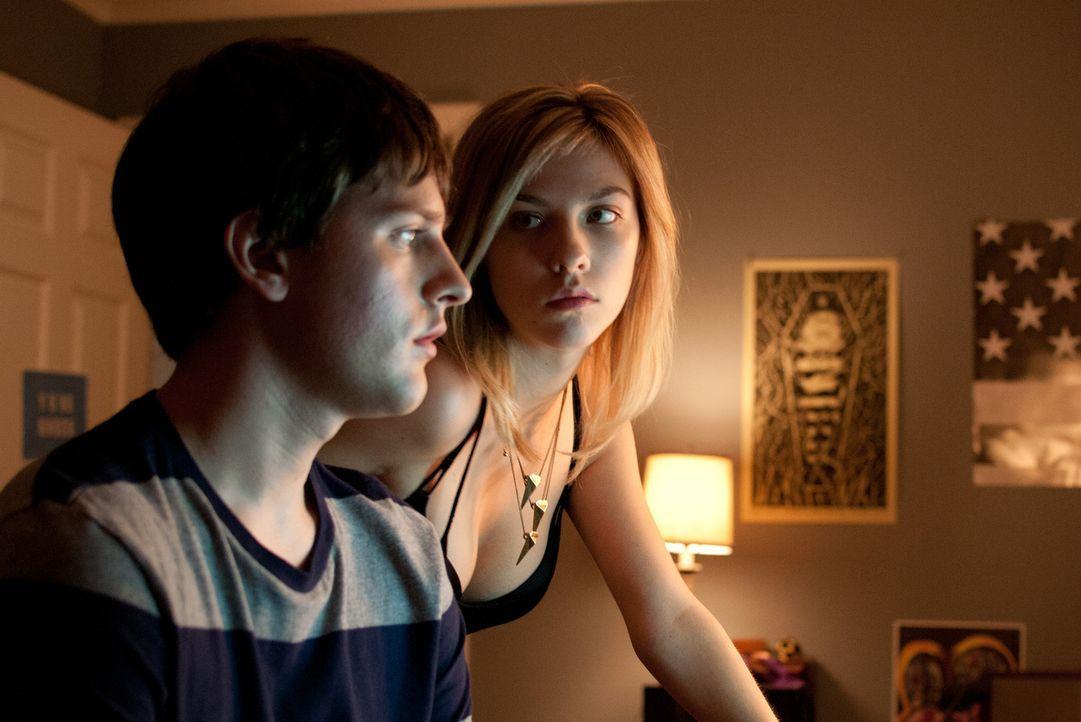 Während seine Besessenheit von Internetpornografie den 15-jährigen Chris (Travis Tope, l.) immer mehr abstumpfen lässt, träumt die sexuell frühreife... - Bildquelle: Dale Robinette 2014 Paramount Pictures. All Rights Reserved.