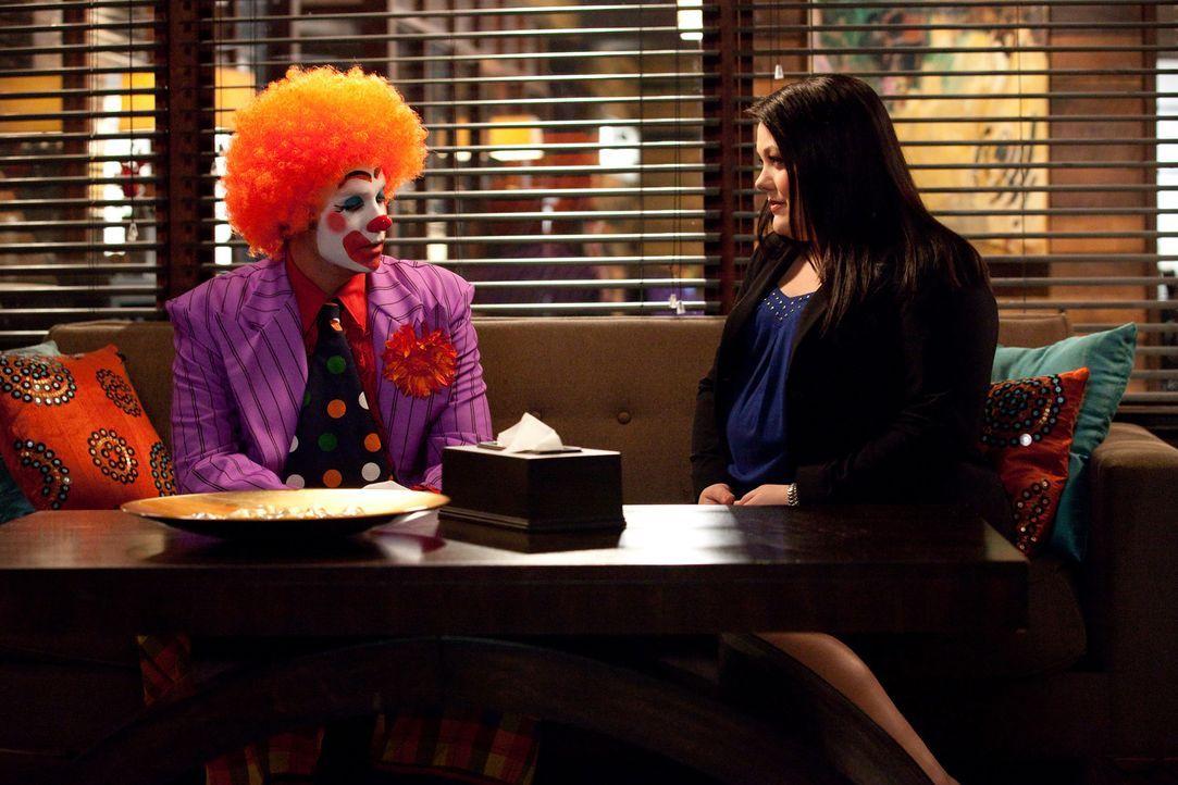Jane (Brooke Elliott, r.) steht vor einem schwierigen Fall. Sie soll einen Mitarbeiter (Barry Watson, l.) einer großen Firma verteidigen, der seit... - Bildquelle: 2009 Sony Pictures Television Inc. All Rights Reserved.