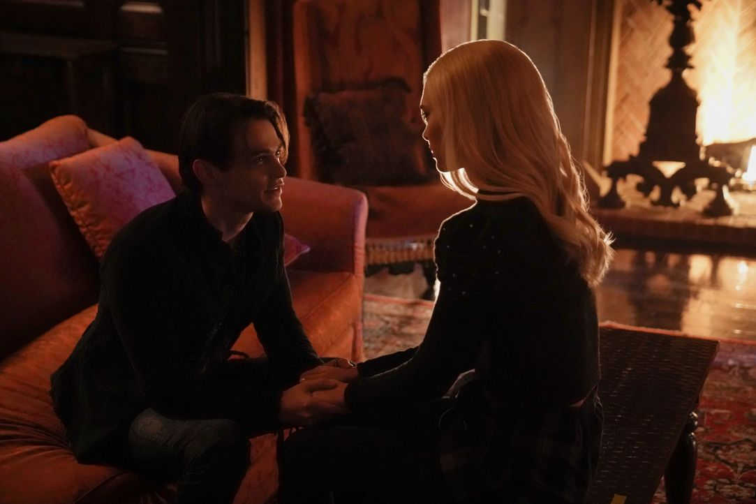 Sebastian (Thomas Doherty, l.); Lizzie Saltzman (Jenny Boyd, r.) - Bildquelle: 2020 Warner Bros Entertainment Inc. All rights reserved.