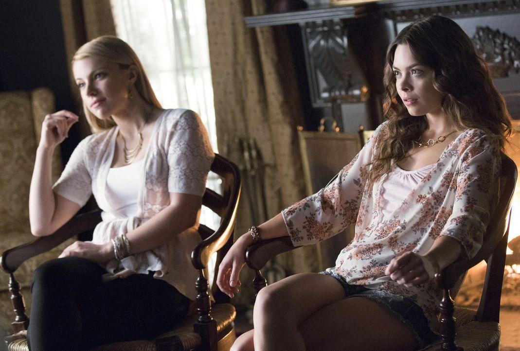 Mary Louise (Teressa Liane, l.) und Nora (Scarlett Byrne, r.) sind mit ihrer aktuellen Situation unzufrieden. Werden sie darum einen Schritt wagen,... - Bildquelle: Warner Bros. Entertainment, Inc.