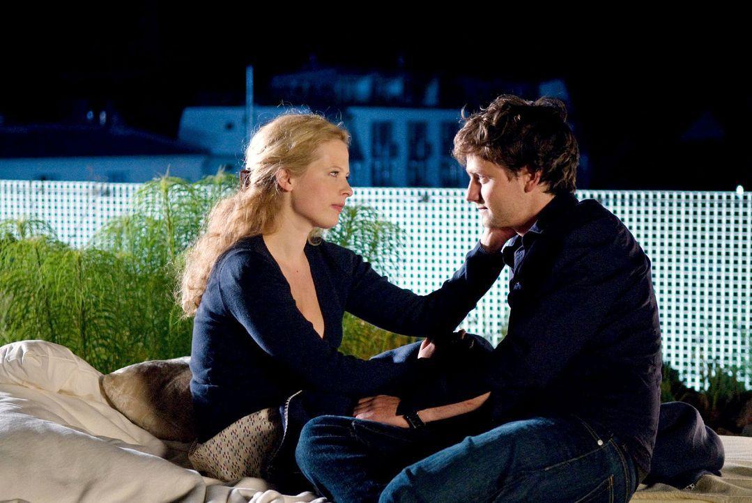 Greta (Diana Amft, l.), die überzeugt ist, dass ihre Mutter unter paranoiden Wahnvorstellungen leidet, sucht Halt bei ihrem Ehemann David (Florian... - Bildquelle: Sat.1
