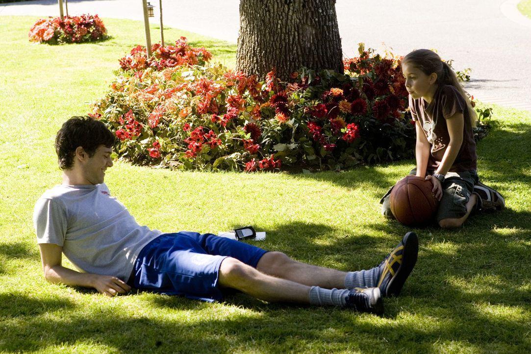 Schon bald befreundet sich Carter (Adam Brody, l.) mit allen Familienmitgliedern der Hardwickes an. Insbesondere die kleine Paige (Mackenzie Vega, r... - Bildquelle: 2007 Warner Brothers