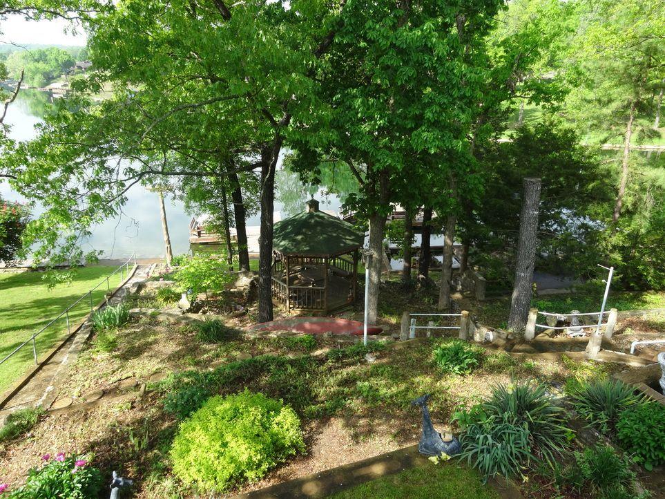 Bungalow Retreat bietet viel Freiraum für die Kinder von Amanda und Ted. Sie könnten nicht nur im Garten toben, sondern auch im See schwimmen gehen... - Bildquelle: 2015,HGTV/Scripps Networks, LLC. All Rights Reserved