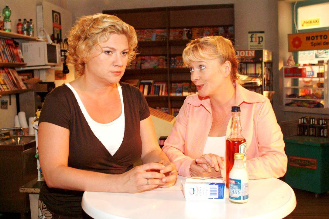 Agnes (Susanne Szell, l.) echauffiert sich bei Helga (Ulrike Mai, r.) über Boris. - Bildquelle: Monika Schürle SAT.1 / Monika Schürle