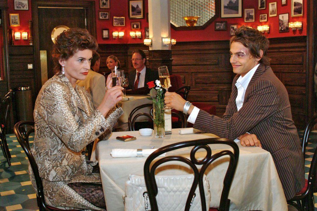 Sophie (Gabrielle Scharnitzky, l.) ist angetan von Alex (Shai Hoffmann, r.). - Bildquelle: Monika Schürle SAT.1 / Monika Schürle