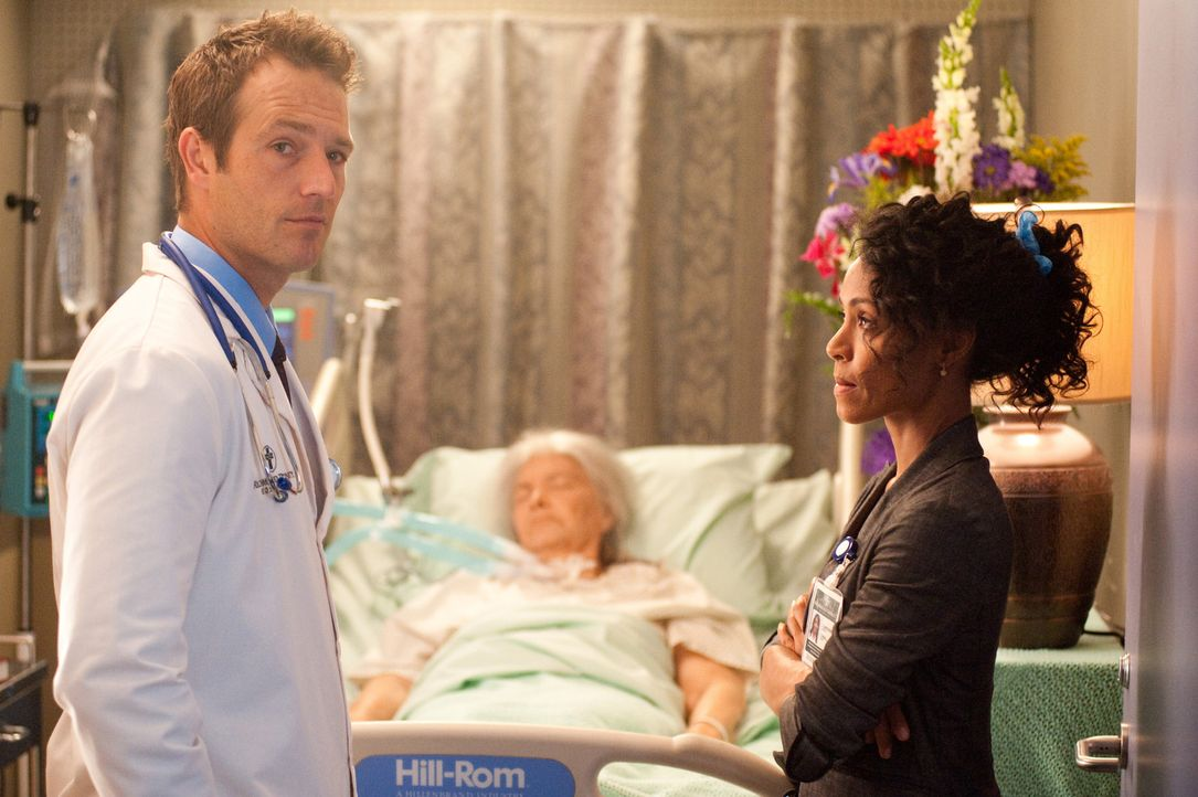 Während Ray von einer aufdringlichen Patientin auf Trab gehalten wird, haben Christina (Jada Pinkett Smith, r.) und Tom (Michael Vartan, l.) ganz a... - Bildquelle: Sony 2009 CPT Holdings, Inc. All Rights Reserved