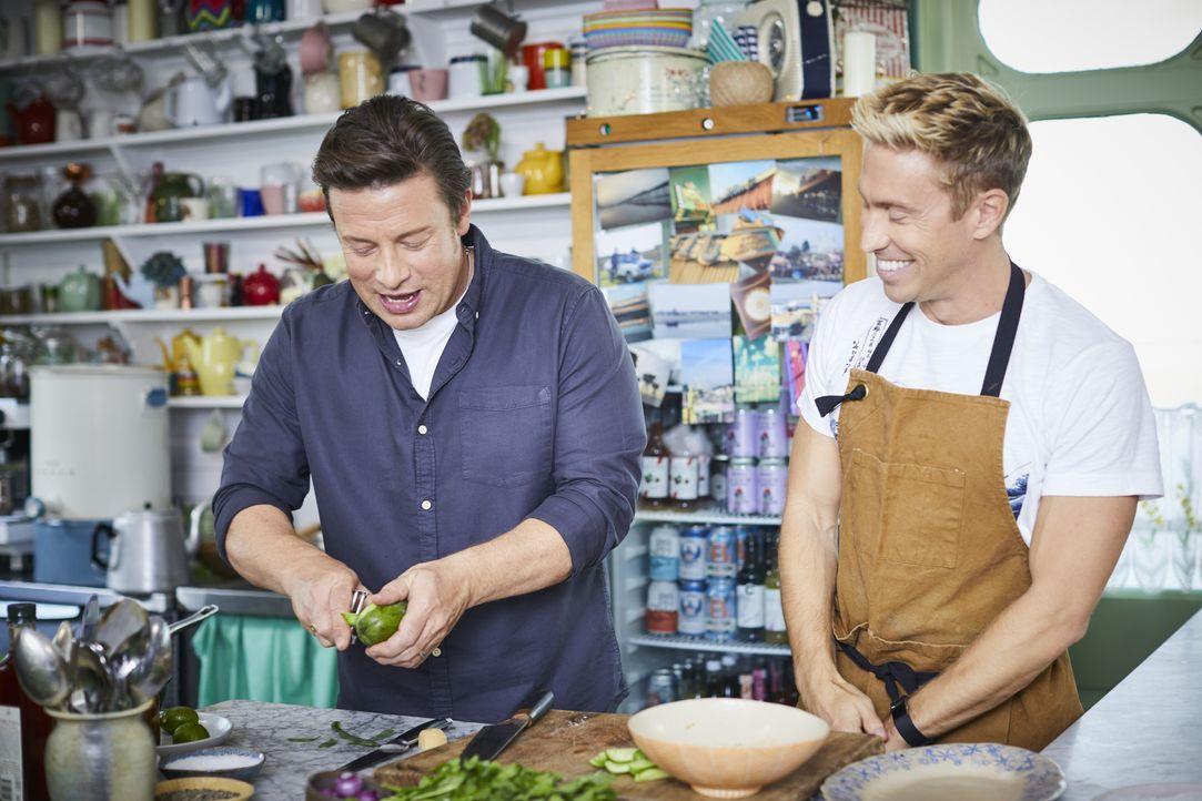 Jamie Oliver (l.); Russell Howard (r.) - Bildquelle: Steve Ryan Jamie Oliver Productions, 2018 / Steve Ryan