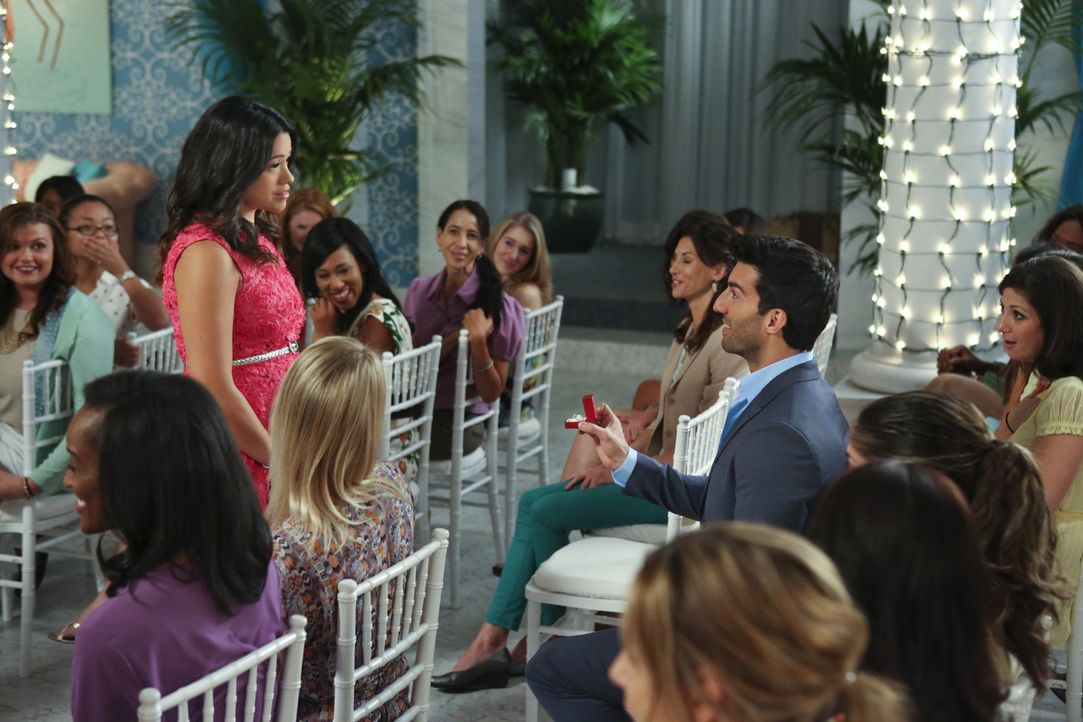 Wird Jane (Gina Rodriguez, M.l.) den Antrag von Rafael (Justin Baldoni, M.r.) annehmen? - Bildquelle: 2014 The CW Network, LLC. All rights reserved.