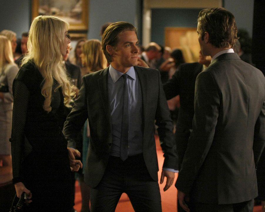 Damien (Kevin Zegers, M.) lässt sich nicht von Nate (Chace Crawford, r.) aufhalten und schlägt zu, damit er und Jenny (Taylor Momsen, l.) freie Bahn... - Bildquelle: Warner Brothers.