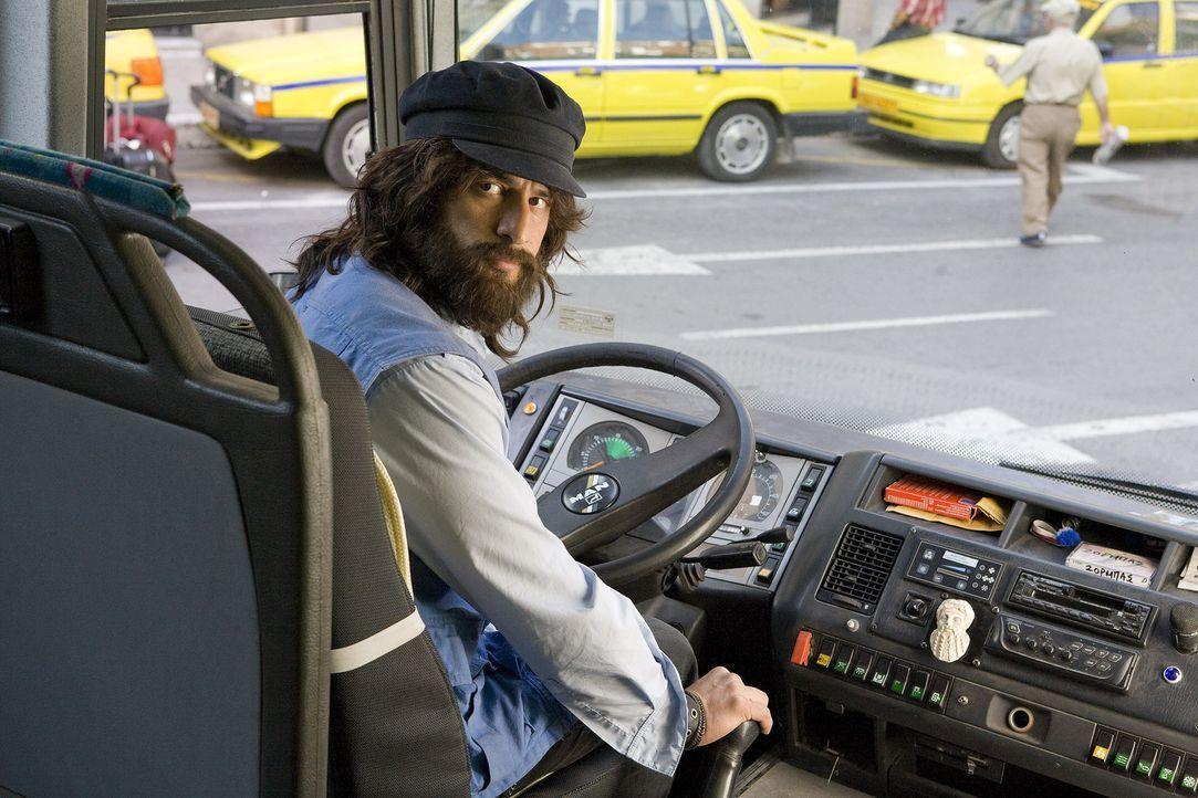 Der zottelige Busfahrer Poupi Kakas (Alexis Georgoulis) ist von der neuen Reiseleiterin angenehm überrascht. - Bildquelle: 2008 My Life In Ruins, LLC All Rights Reserved