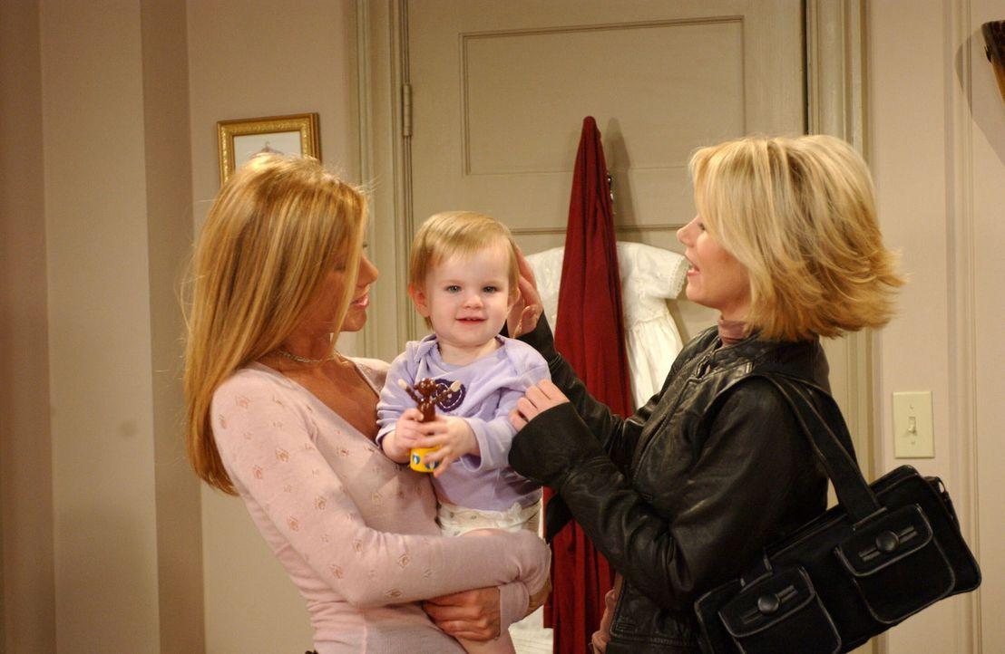 Obwohl Amy (Christina Applegate, r.) Mist gebaut hat, bringt es Rachel (Jennifer Aniston, l.) nicht fertig, sie vor die Tür zu setzen ... - Bildquelle: 2003 Warner Brothers International Television