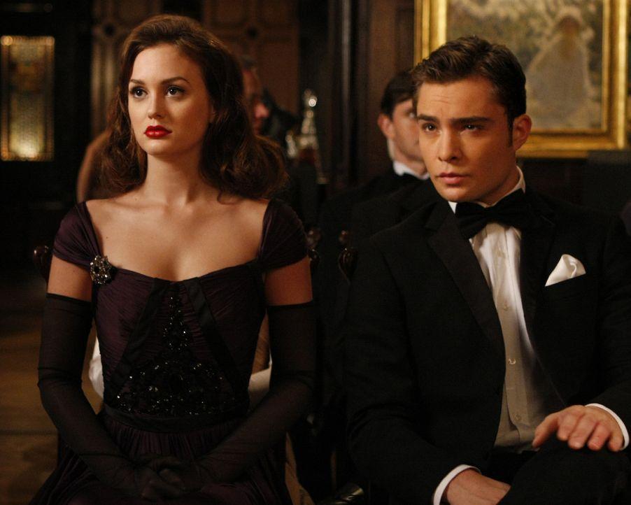 Blair (Leighton Meester, l.) und Chuck (Ed Westwick, r.) ärgern sich, dass Vanessa und nicht Blair ausgezeichnet wird. - Bildquelle: Warner Brothers