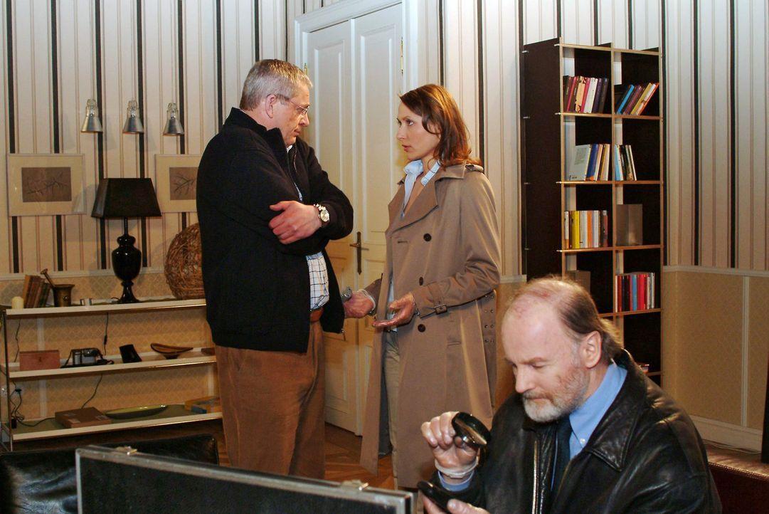 Als die Polizei Davids Zimmer nach möglichen Anhaltspunkten durchsucht, verliert Friedrich (Wilhelm Manske, l.) gegenüber Kommissarin Katarina Dor... - Bildquelle: Monika Schürle Sat.1