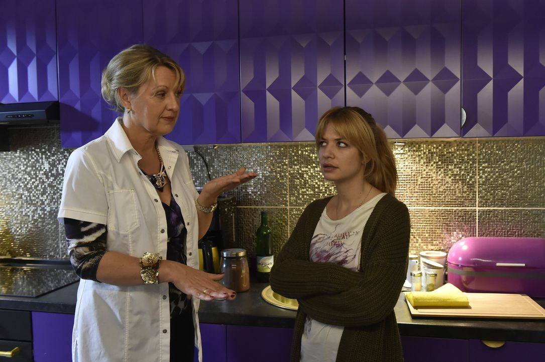 Mila (Susan Sideropoulos, r.) kann nicht glauben, dass ausgerechnet ihre Mutter (Claudia Lietz, l.) ihre eigene Ehe als Paradebeispiel einer gelunge... - Bildquelle: Claudius Pflug Sixx