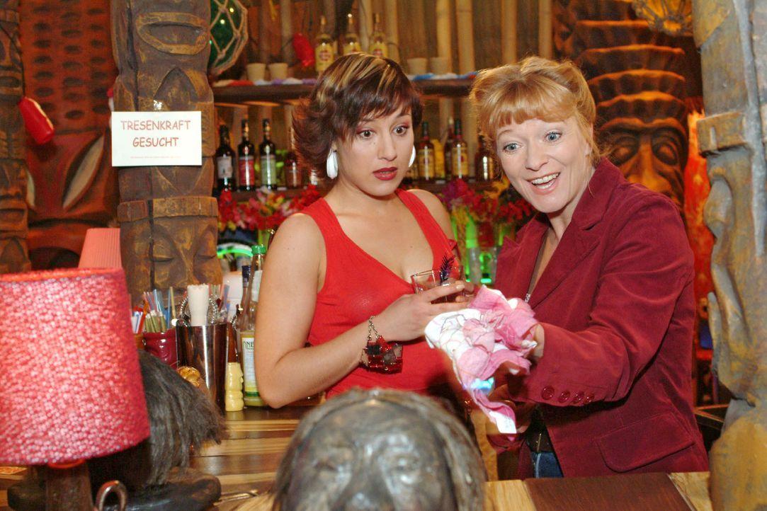 Yvonne (Bärbel Schleker, l.) bringt die arbeitsuchende Helga (Ulrike Mai, r.) ungewollt auf eine Idee ... - Bildquelle: Monika Schürle SAT.1 / Monika Schürle