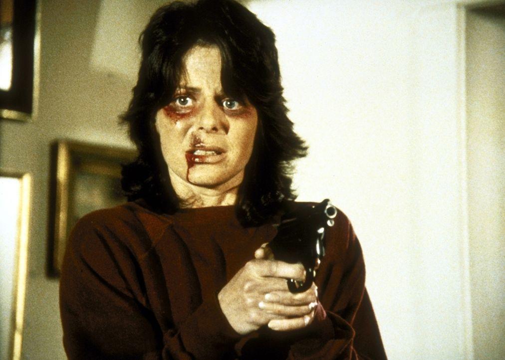 Phyllis (Sheila Larken) bedroht ihren Mann mit der Waffe. - Bildquelle: ORION PICTURES CORPORATION. ALL RIGHTS RESERVED.
