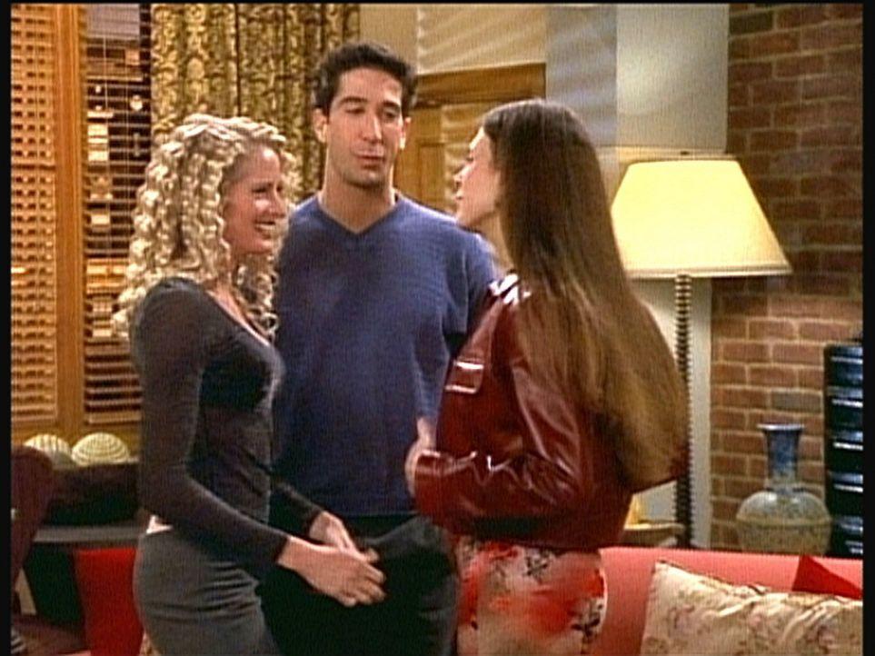 Noch ist Ross (David Schwimmer, M.) von der Idee, einen flotten Dreier mit zwei Frauen zu erleben, sehr angetan. - Bildquelle: TM+  2000 WARNER BROS.