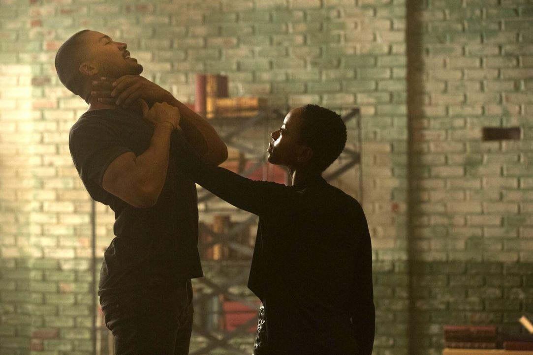 Aya (Tracy Ifeachor, r.) macht Marcel (Charles Michael Davis, l.) ein Angebot - nicht ganz ohne Hintergedanken ... - Bildquelle: Warner Bros. Entertainment Inc.