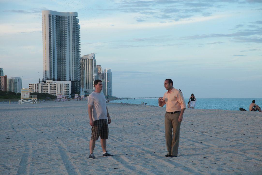 Mit der Hilfe von Immobilienmakler Alon Oami (r.) sucht Projektmanager Stephen Wechsler (l.) in South Beach nach einer Wohnung direkt am Wasser - do... - Bildquelle: 2014,HGTV/Scripps Networks, LLC. All Rights Reserved