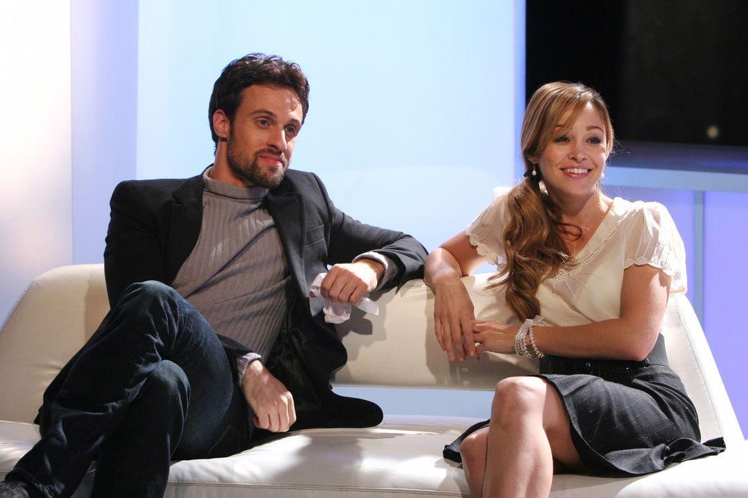 Ryan ist stolz auf Taylor (Autumn Reeser, r.), die mit Henri-Michel (Henri Lubatti, l.) an einer französischen Literatursendung teil nimmt ... - Bildquelle: Warner Bros. Television