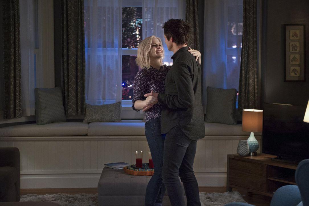 Während Liv (Rose McIver, l.) gerne den nächsten Schritt in der Beziehung zu Lowell (Bradley James, r.) wagen möchte, hat er mit den Folgen des Verz... - Bildquelle: Warner Brothers