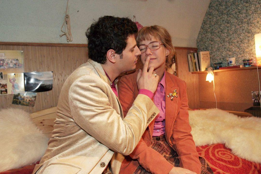 Als Rokko (Manuel Cortez, l.) merkt, wie nervös Lisa (Alexandra Neldel, r.) bei ihrem Zusammensein ist, verhält er sich wie ein Gentlement. (Dieses... - Bildquelle: Noreen Flynn SAT.1 / Noreen Flynn