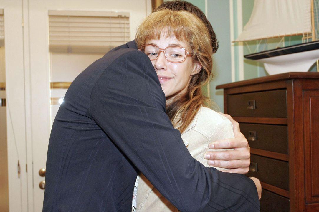 Lisa (Alexandra Neldel, r.) wird vor Glück ganz schwindlig, als David (Mathis Künzler, l.) sie unverhofft in die Arme nimmt und sie bittet, dass s... - Bildquelle: Sat.1