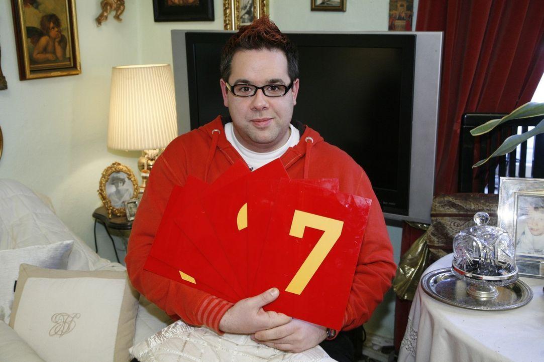 Michael bei der Bewertung der Outfits der anderen Kandidaten. - Bildquelle: Sat.1