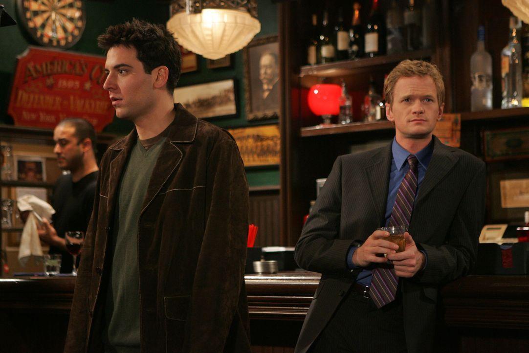 Bei einem gemeinsamen Bar Besuch mit Barney (Neil Patrick Harris, r.) lernt Ted (Josh Radnor, l.) die hübsche Fernsehreporterin Robin kennen und ist... - Bildquelle: 20th Century Fox International Television