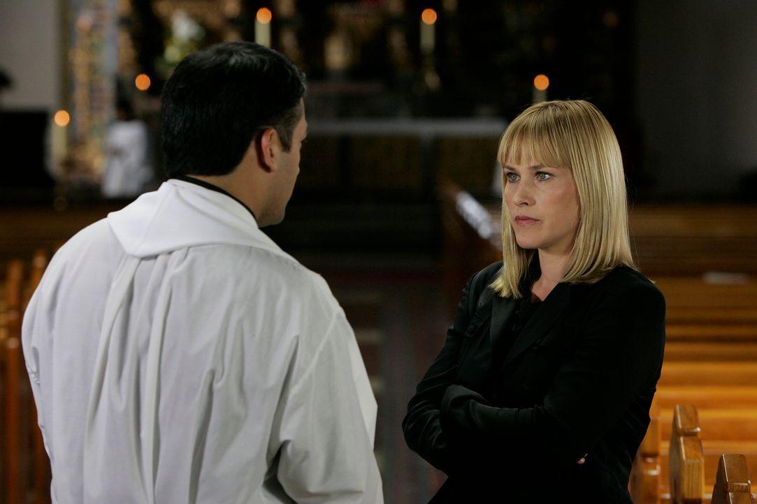 Allison (Patricia Arquette, r.) bittet Pater Santiago (David Barrera, l.) um Hilfe … - Bildquelle: Paramount Network Television