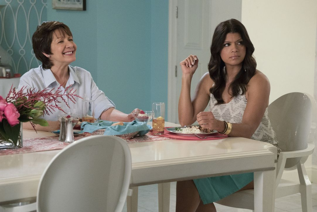 Petra organisiert einen Muttertags-Brunch, was die Feiertagstradition von Xo (Andrea Navedo, r.), Alba (Ivonne Coll, l.) und Jane total durcheinande... - Bildquelle: Michael Desmond 2016 The CW Network, LLC. All rights reserved.
