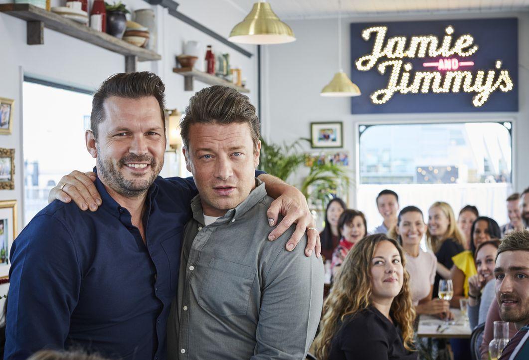 Jimmy Doherty (l.); Jamie Oliver (r.) - Bildquelle: Steve Ryan 2019 Jamie Oliver Enterprises Ltd. / Steve Ryan
