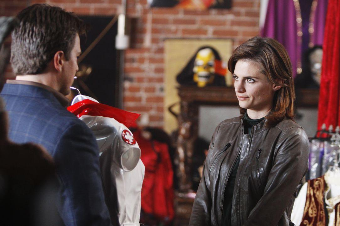 In einem Laden für Vampir Fetischisten hat Richard Castle (Nathan Fillion, l.) ein besonderes Outfit für seine Kollegin Kate Beckett (Stana Katic, r... - Bildquelle: ABC Studios