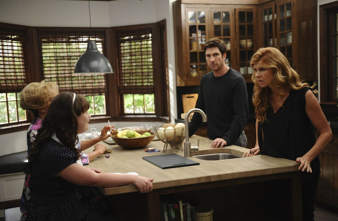Vivien (Connie Britton, r.) und ihr Mann Ben (Dylan McDermott, 2.v.r.) machen Bekanntschaft mit ihren neuen Nachbarn Constance (Jessica Lange, l.) u... - Bildquelle: 2011 Twentieth Century Fox Film Corporation. All rights reserved.