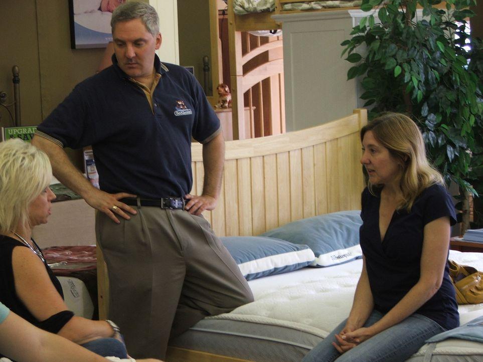 Jim (M.) weiß nicht so recht, was von Theresa (l.), die behauptet, ein Medium zu sein und eine Nachricht für Debbie (r.) zu haben, halten soll ... - Bildquelle: Discovery Communications, Inc.