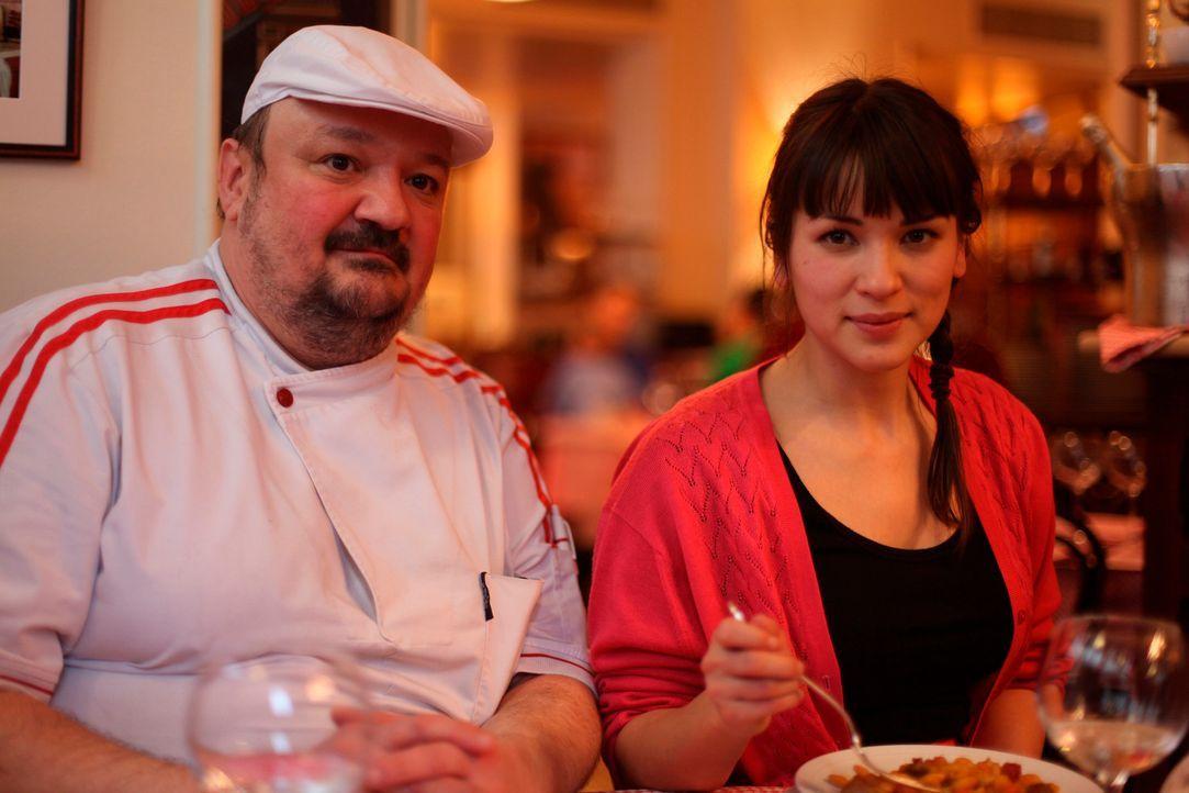 Im La Fontaine de Mars Bistro tauschen Pierre Saugrain (l.) und Rachel Khoo (r.) ihre Erfahrungen aus ... - Bildquelle: Daniel Lucchesi Plum Pictures 2012