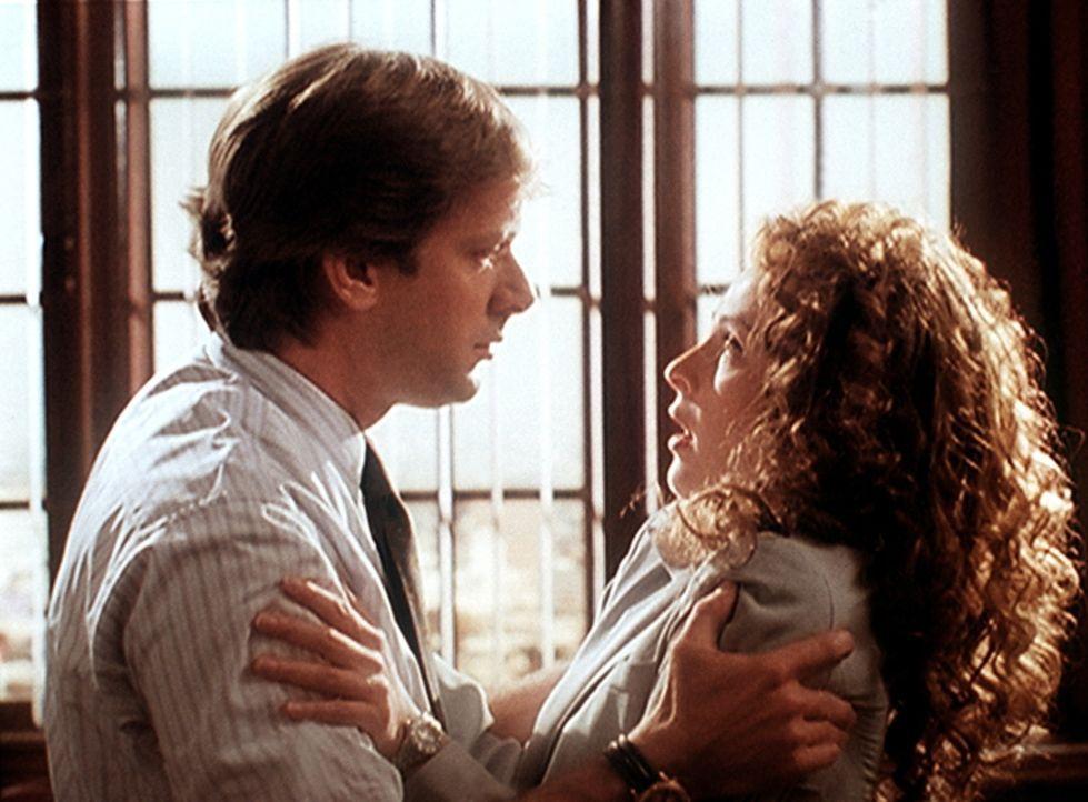 Dr. Tod Grimes (Scott Bryce, l.) versucht, Stephanie (Alla Korot, r.) beizubringen, dass ihr Verhältnis beendet ist, da er seine Frau liebt. - Bildquelle: Viacom
