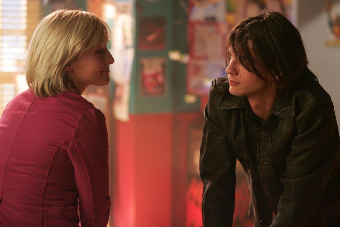 Er ist skrupelloser als gedacht: Mikail (Trent Ford, r.) droht Chloe (Allison Mack, l.) umzubringen, wenn Clark sich seinen Wünschen nicht fügt ... - Bildquelle: Warner Bros.