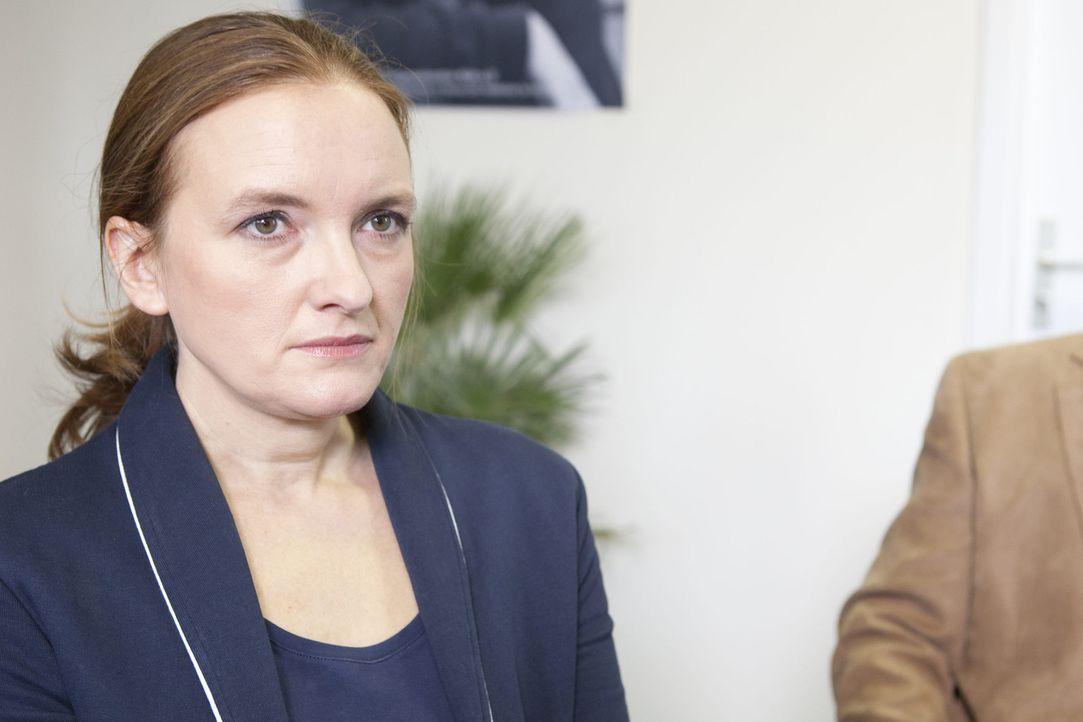 Rektorin Gabriele Krawcyk (Marie Schneider) ist klar, dass sie sich keinen weiteren Fehltritt erlauben darf. - Bildquelle: David Saretzki SAT.1