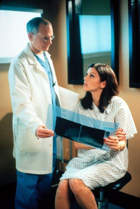 Bei einer Routineuntersuchung kommt es bei Lydia (Heather Paige Kent, r.) zu einer schrecklichen Entdeckung ... - Bildquelle: CBS Television