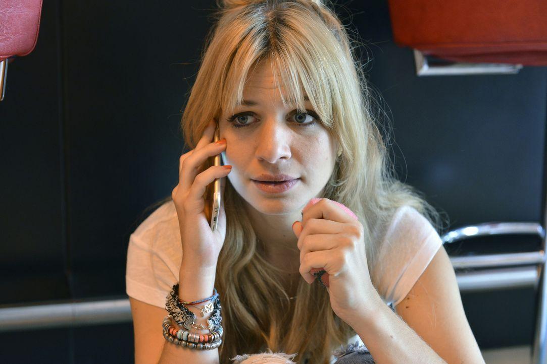 Muss feststellen, dass sie von ihrem Date versetzt wurde: Mila (Susan Sideropoulos) ... - Bildquelle: Oliver Ziebe SAT.1