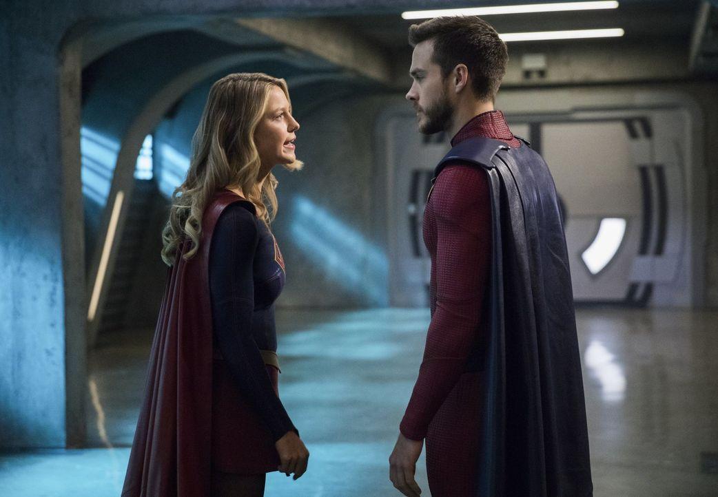 Mon-El (Chris Wood, r.) beginnt mit Kara alias Supergirl (Melissa Benoist, l.) Kampftechniken aus der Zukunft zu trainieren, nachdem sie erkennt, da... - Bildquelle: 2017 Warner Bros.