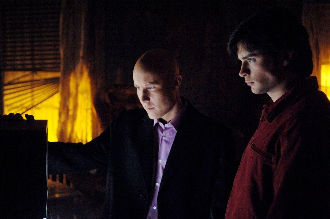 Ein seltsames Team: Lex Luther (Michael Rosenbaum, l.) und Clark (Tom Welling, r.) ... - Bildquelle: Warner Bros.