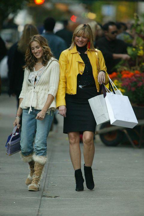 Bei einer Shopping-Tour vergehen alle Sorgen: Carrie (Sarah Jessica Parker, l.) und Samantha (Kim Cattrall, r.) ... - Bildquelle: Paramount Pictures