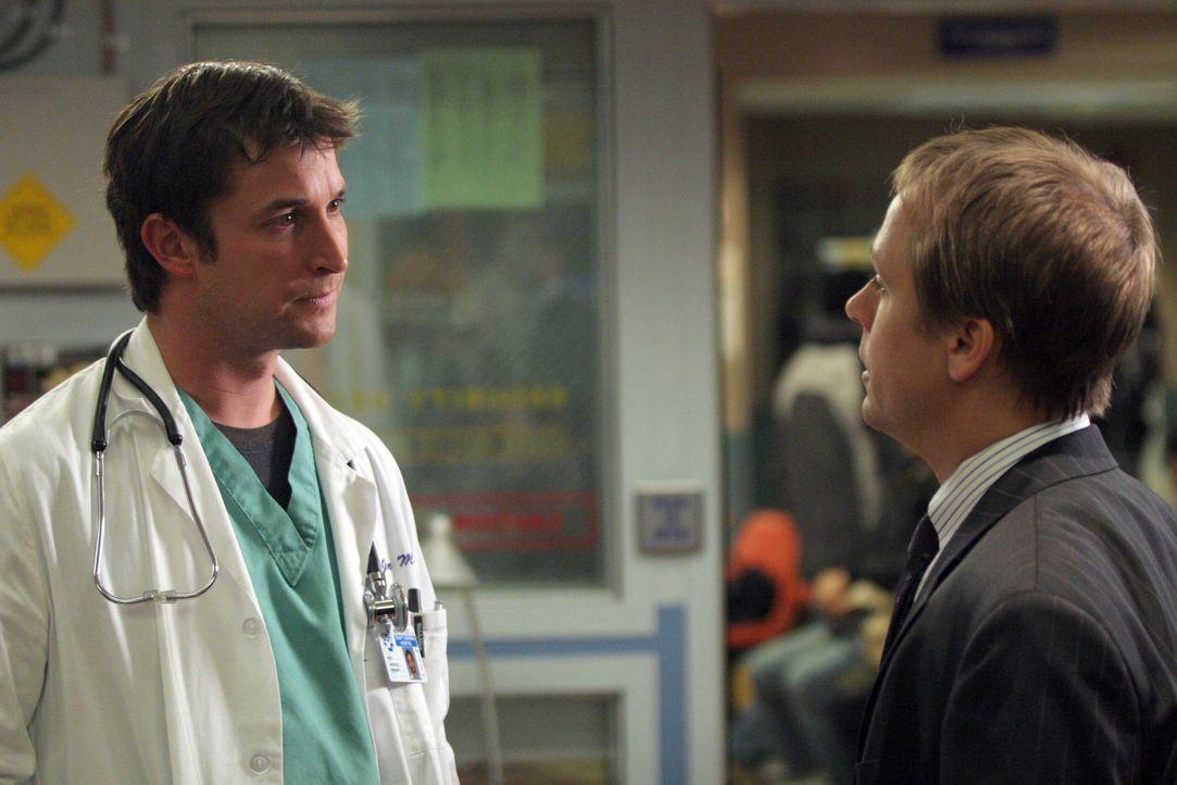 Liegt Carter (Noah Wyle, l.) mit seinen Vorwürfen gegenüber Dr. Henry (Chad Lowe, r.) richtig? - Bildquelle: WARNER BROS