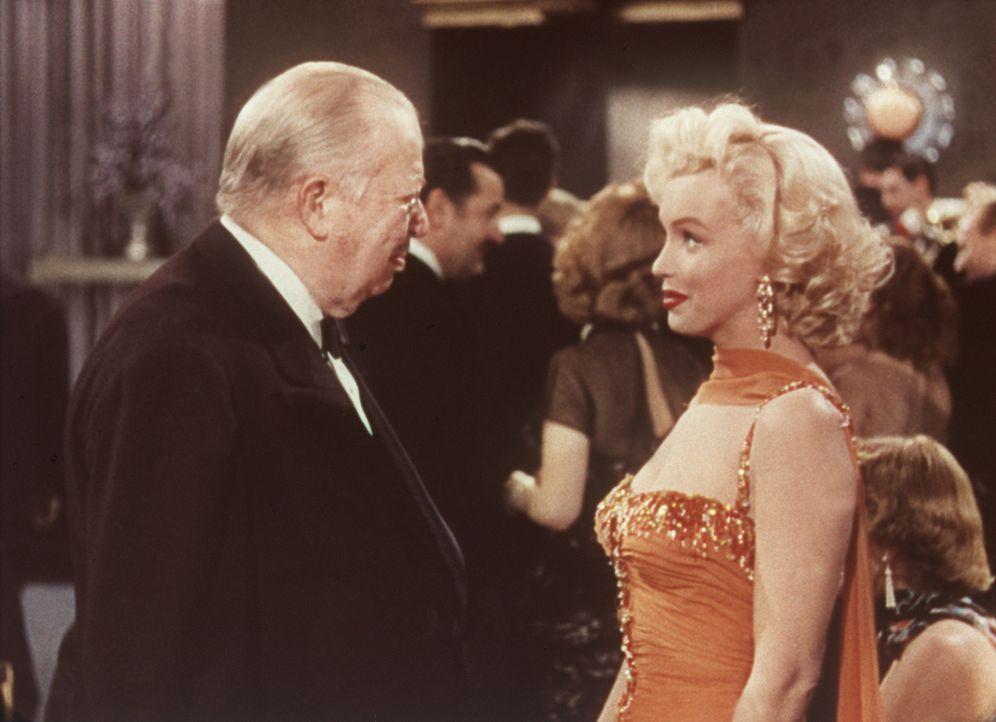 Das Alter von Sir Francis Beekman (Charles Coburn, l.) spielt für Lorelei (Marilyn Monroe, r.) keine große Rolle, solange das Finanzielle stimmt ... - Bildquelle: 20th Century Fox Film Corporation