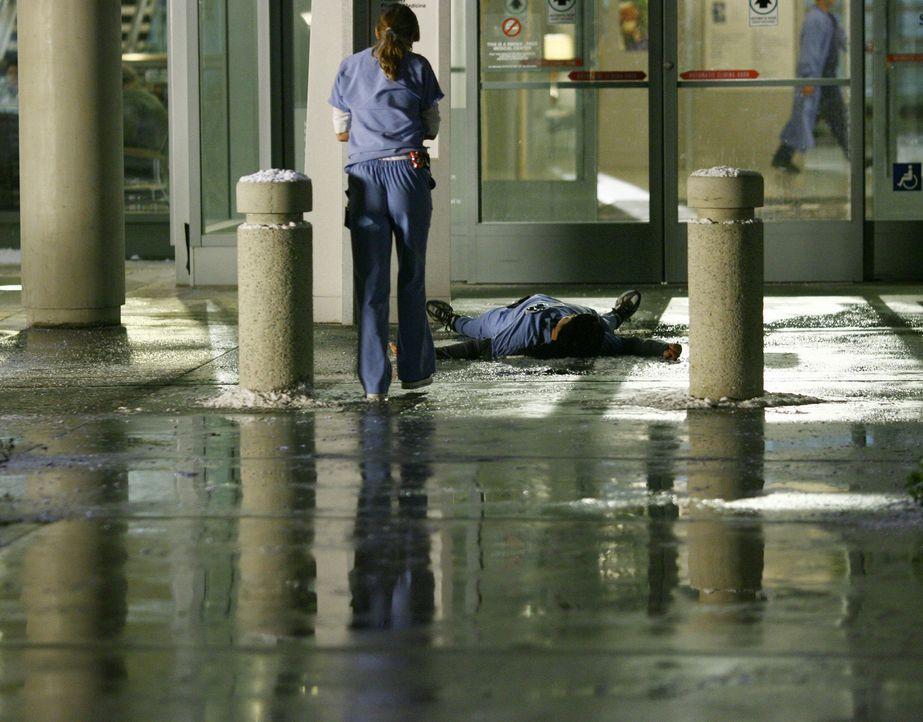 Cristina (Sandra Oh, r.)  rutscht auf einer Eisplatte aus und fällt hin. Gerade als Meredith (Ellen Pompeo, l.) ihr helfen möchte, löst sich ein Eis... - Bildquelle: Touchstone Television