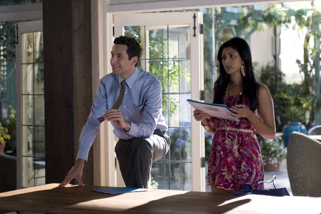 (v.l.n.r.) Jeremiah Sacani (Ben Shenkman); Divya Katdare (Reshma Shetty) - Bildquelle: Ali Goldstein 2012 USA Network Media, LLC / Ali Goldstein