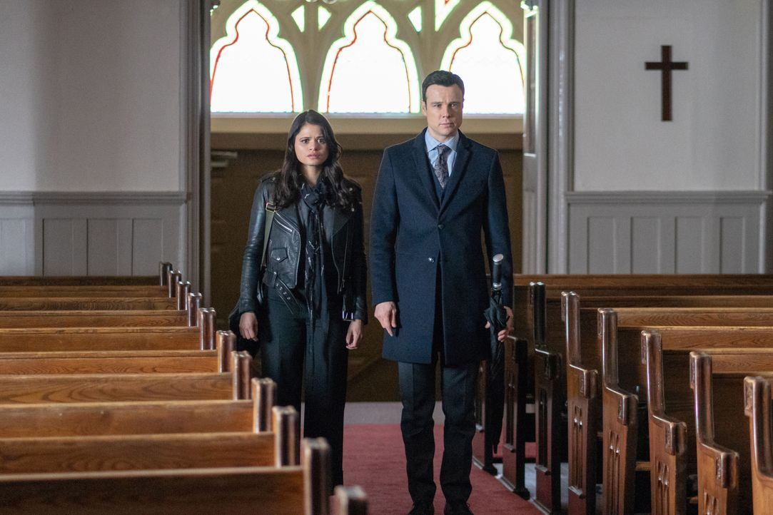 Mel Vera (Melonie Diaz, l.); Harry Greenwood (Rupert Evans, r.) - Bildquelle: Colin Bentley 2019 The CW Network, LLC. All Rights reserved.