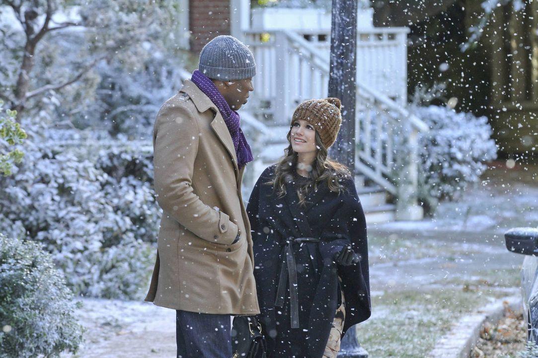Noch freut Zoe (Rachel Bilson, r.) sich über den Schnee in Bluebell, obwohl Lavon (Cress Williams, l.) ihr prophezeit, dass er Unglück bringen wird... - Bildquelle: Warner Bros.